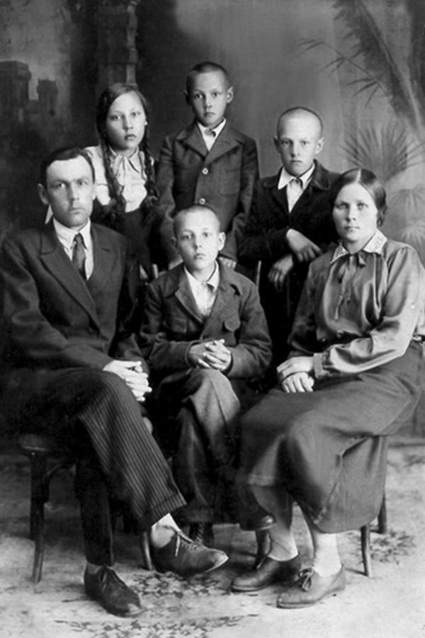 Усть-Кут.RU : Нарицынa Г.С. Семья Яскиных. Село Усть-Кут, 1935 год.
