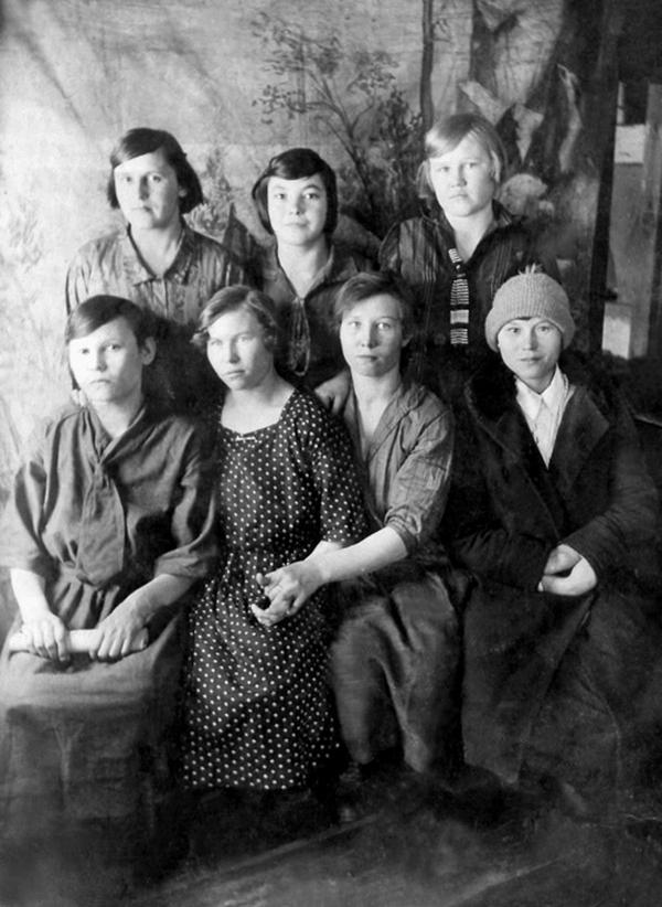 Усть-Кут.RU : Нарицынa Г.С.  Девчата. д. Марково. Фото начало XX века.