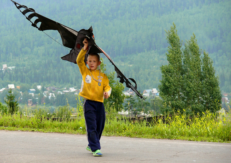 Усть-Кут.RU : 2.2.1  Мальчик с воздушным змеем. Автор Иван Шанин
