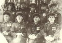 Н.П. Антипин четвертый в верхнем ряду, со своими однополчанами