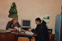 Т.А. Климина обсуждает с В. Тимашёвым какие запчасти нужны, чтобы восстановить трактор