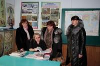 Наталья Леонидовна Тимашёва (справа) очень переживает за будущее школы
