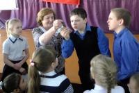 о. Остащук показывает медаль Т. Мукомел
