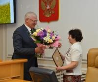 Сергей Брилка награждает Галину Солянкину