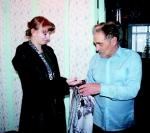Редактор газеты вручает подарок Ю.Х. Свистельникову