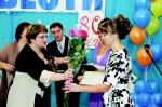 """Т.А. Климина вручает Благодарственное письмо главному редактору """"ЛВ"""""""
