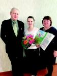 Директор Управления социальной защиты Л.Э. Кузьма вручил Юлии Анатольевне цветы и сертификат на ежемесячную выплату 10 390 рублей за рождение первенца