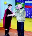 Т. Пахомова вручает Благодарственное письмо А. Антипину