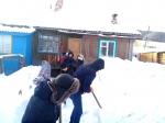 Девятиклассники очищают двор от снега