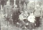 Управляющий Усть-Кутским сользаводом Д.Е. Шелковников с семьёй у своего дома. Слева - Д.А. Суплецов, справа - Ф. Абель. Фото 1917 года