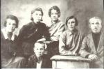Семья племянника Д. Шелковникова: Таисия Степановна и Сергей Родионович Шелковниковы (справа), их дочери Мария, Клавдия, Александра (слева) и сын Сергей. Фото 1930 года